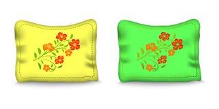 Kissen verzieren die rote Stickerei, orange Blumen Lizenzfreies Stockfoto
