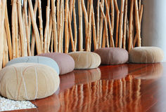 Kissensitz im ruhigen Raum für Meditation stockbild