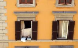 Kissentrockner auf dem Fenster Stockbilder