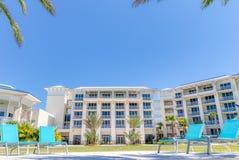 KISSIMMEE FLORIDA - MAJ 29, 2019 - Margaritaville semesterort Orlando Ljusa blåa vardagsrumstolar baktill av hotelltornen royaltyfria foton