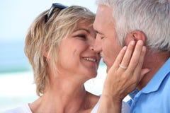 Kissin invecchiato centrale delle coppie. Immagine Stock