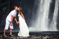 Kissing couple just married Royalty Free Stock Photos