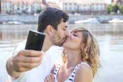 Kissing couple making a selfie Royalty Free Stock Photography