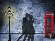 Kissing couple silhouette in the streets of london. Night scenery with glooming lantern and british phone box, retro style with dark edges stock illustration