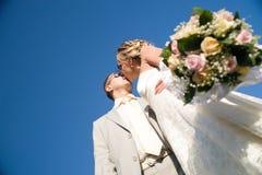 kissing pair wedding Στοκ φωτογραφία με δικαίωμα ελεύθερης χρήσης