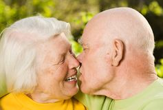 Kissing senior couple Royalty Free Stock Photos