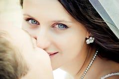 Kissing wedding couple Stock Photography