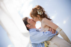 Kissing wedding couple Royalty Free Stock Photos