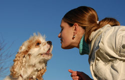 Kissing woman and dog Royalty Free Stock Photography
