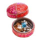 Kist, doos met juwelen die op wit worden geïsoleerde Stock Afbeeldingen
