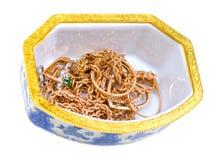 Kist, doos met juwelen op wit Stock Fotografie