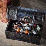 Kist met juwelen en oud boek, close-up Royalty-vrije Stock Fotografie