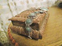 Kist met juwelen op het Stock Afbeelding