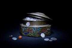 Kist met muntstukken Stock Fotografie