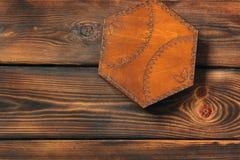 Kist op houten achtergrond Geïsoleerde houten doos stock foto's