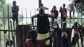 KISUMU, ΚΈΝΥΑ - 21 ΜΑΐΟΥ 2018: Αφρικανική αντλία εφήβων οι μυ'ες τους στον οριζόντιο φραγμό έξω, στο χώρο αθλήσεων απόθεμα βίντεο