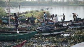 KISUMU, KENIA - 21. MAI 2018: Ansicht des Hafens durch den Fluss Afrikanische Fischer, die gehen, am Morgen, Boot vorbereitend zu stock video footage
