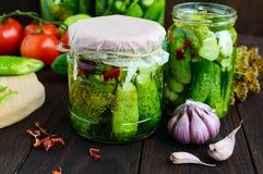 Kiszeni ogórki w szklanych słojach Pikantność i warzywa dla przygotowania zalewy zdjęcie royalty free