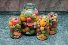 kiszeni słojów warzywa Tradycyjny marynowany jedzenie - tomatoe obraz stock