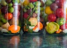 kiszeni słojów warzywa Tradycyjny marynowany jedzenie - tomatoe zdjęcie royalty free