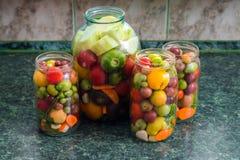 kiszeni słojów warzywa Tradycyjny marynowany jedzenie - tomatoe zdjęcia royalty free