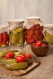 Kiszeni utrzymani warzywa w słojach, ogórkach, pieprzu, pomidorach i grochach, obraz royalty free