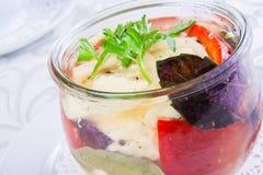 Kiszeni warzywa w szklanym słoju Obrazy Stock