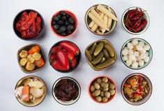 Kiszony ogórek, oliwki i warzywa, zdjęcie stock