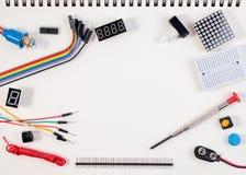 Kit électronique, robot fait sur la base du contrôleur micro avec la variété de sonde et outils de DIY closeup Photo libre de droits
