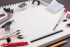 Kit électronique, robot fait sur la base du contrôleur micro avec la variété de sonde et outils de DIY closeup Image stock