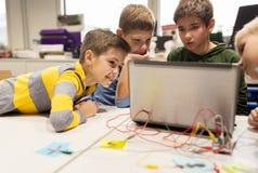 Kit d'enfants, d'ordinateur portable et d'invention à l'école de robotique image stock