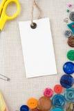Kit de couture avec des boutons, des ciseaux et des pointeaux Photos stock