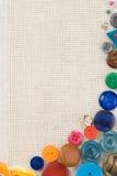 Kit de couture avec des boutons et des pointeaux sur le coton Images libres de droits
