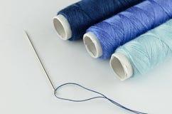 Kit de couture bleu Photos stock