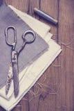 Kit de couture Ciseaux, bobines avec le fil et Photos stock