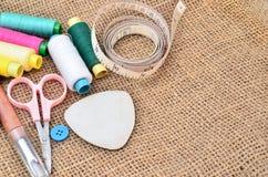 Kit de couture Ciseaux, bobines avec le fil et aiguilles Photographie stock