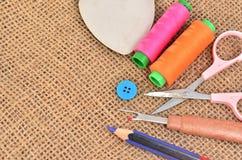 Kit de couture Ciseaux, bobines avec le fil et aiguilles sur le vieux Images libres de droits