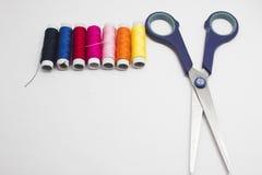 Kit de couture d'isolement sur le fond blanc Photo stock