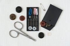 Kit de couture pour un fond de toile blanc de vue supérieure de voyageur Photographie stock