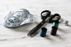 Kit de couture sur la table Photos stock