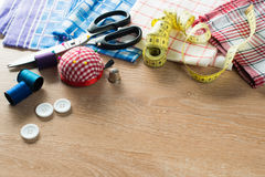 Kit de couture sur la table image stock