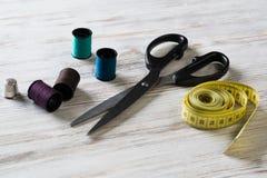Kit de couture sur la table photos libres de droits