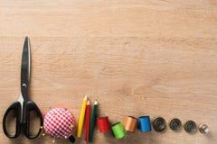 Kit de couture sur la table images stock