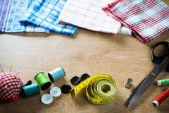 Kit de couture sur la table photos stock