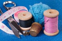 Kit de couture sur le tissu bleu Image libre de droits