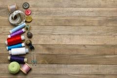 Kit de couture sur les milieux en bois de côté gauche Photo stock