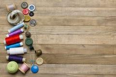 Kit de couture sur les milieux en bois de côté gauche Photos stock