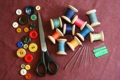 Kit de couture sur un tissu de coton Photographie stock