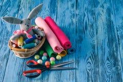 Kit de couture sur une table en bois Fil, aiguilles, ciseaux et a à Photos stock