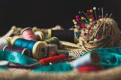 kit de couture de Vieux-mode avec des bobines de fil et d'aiguilles Photo stock